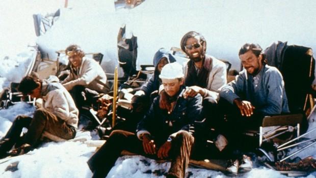 sobreviventes-do-acidente-dos-andes-descansam-ao-lado-dos-destrocos-do-aviao-1349986595044_1920x1080